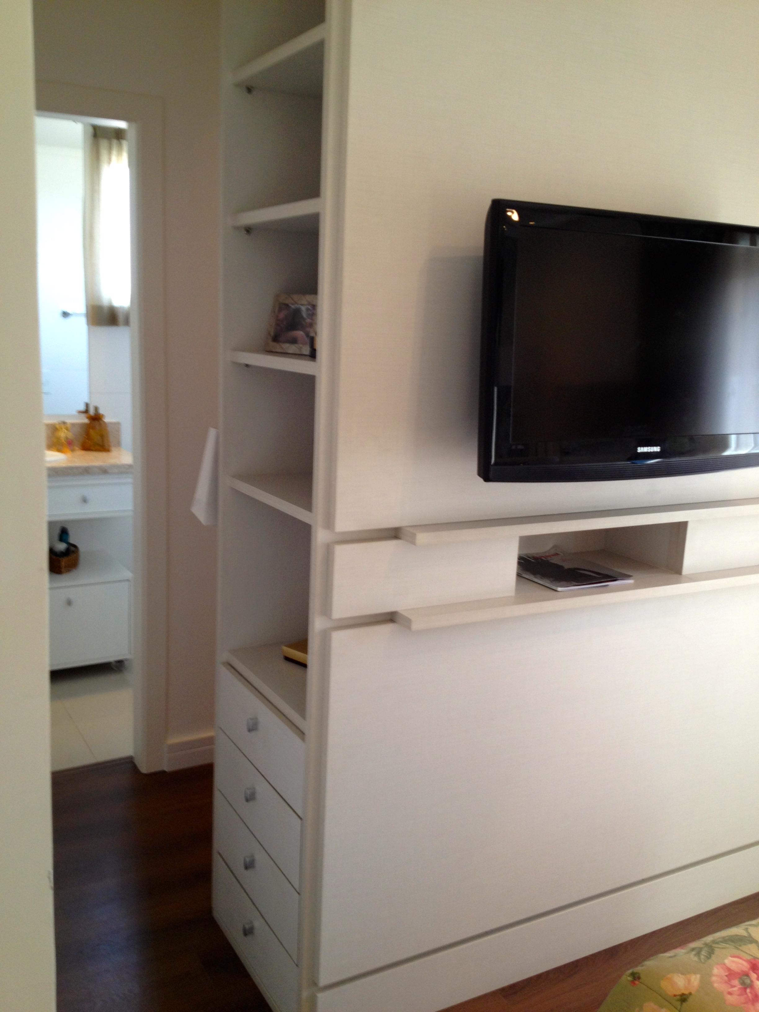 Closet: quem não quer o seu? A CASA DAS GURIAS #5F4A3C 2448x3264 Banheiro Com Closet Integrado Pequeno