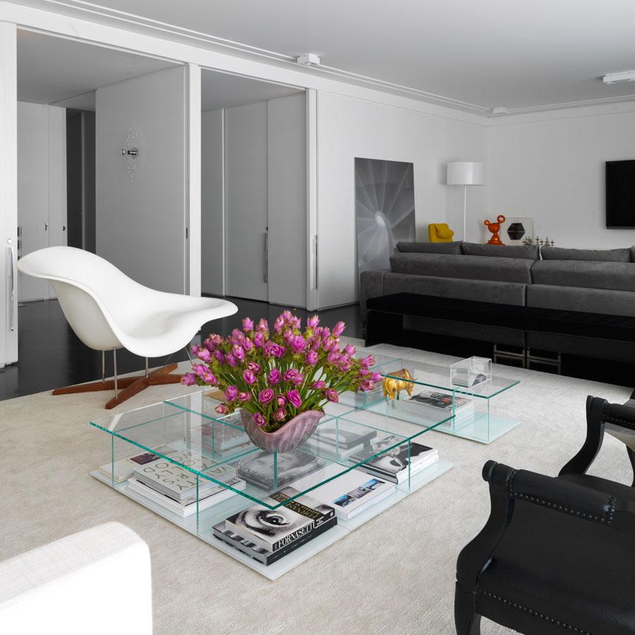 decoracao piso branco:Mais um toque de cor para contrastar com o preto, cinza e branco.